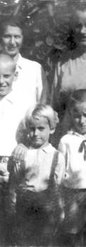 שלושת הבנים עם אמא והדודה לוֹטֶה בגן הבית, 1935