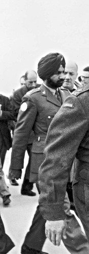 """עם דיין וגנרל ברנס, מפקד כוח האו""""ם בשדה התעופה באל־עריש, דצמבר 1956"""
