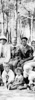 שלושת הבנים עם אמא וידידים באֶמָאוּס, 1934