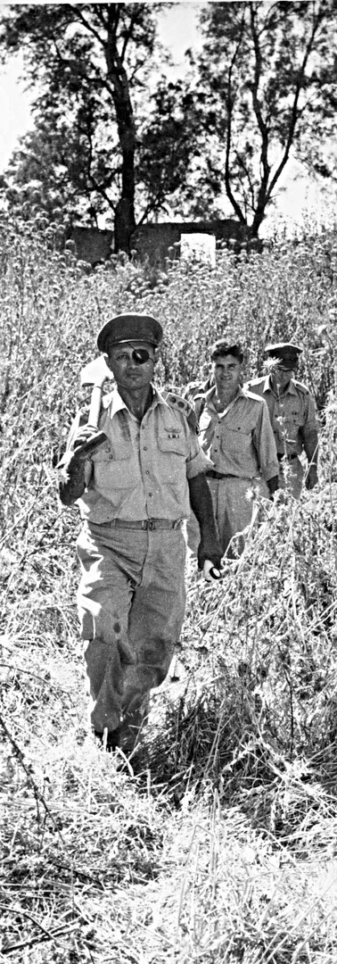 דיין יוצא לחפור עתיקות בתל לבנה, 1954