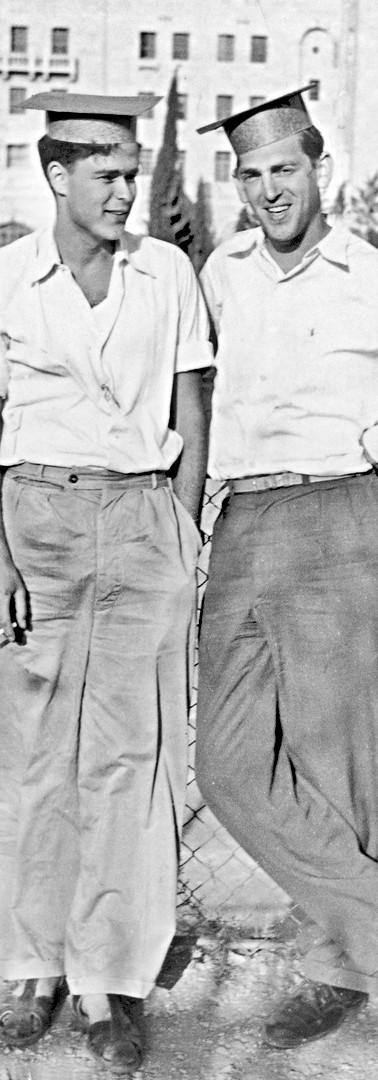 סטודנט עם אורי שפירא ליד טרה סנטה, 1952