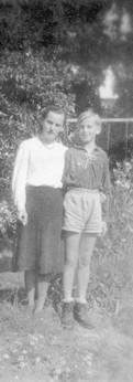 עם אמא בתלבושת השומר הצעיר
