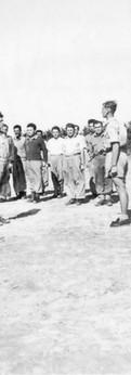 מקבל מסדר ממוטה גור בקורס מפקדי עמדות בקבוצת שילר, דצמבר 1947