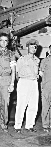"""בבטן הספינה המביאה טנקים מצרפת,יולי 1967, בתמונה מימין לשמאל: אל""""מ אשר פלד (קצין חימוש ראשי), נתן אלתרמן, משה דיין, אל""""מ אורי בן־ארי מח""""ט 7 ומג""""ד"""