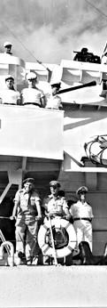 עם משה דיין ומפקד חיל הים האלוף שמואל טנקוס על משחתת בהגיעה לנמל חיפה
