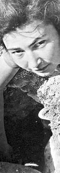 אראלה שואבת מים מהבאר בנחל צין, 1947