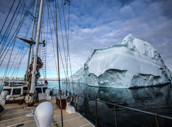 Sailing with picturesque icebergs. Photo: Benjamin Cooke