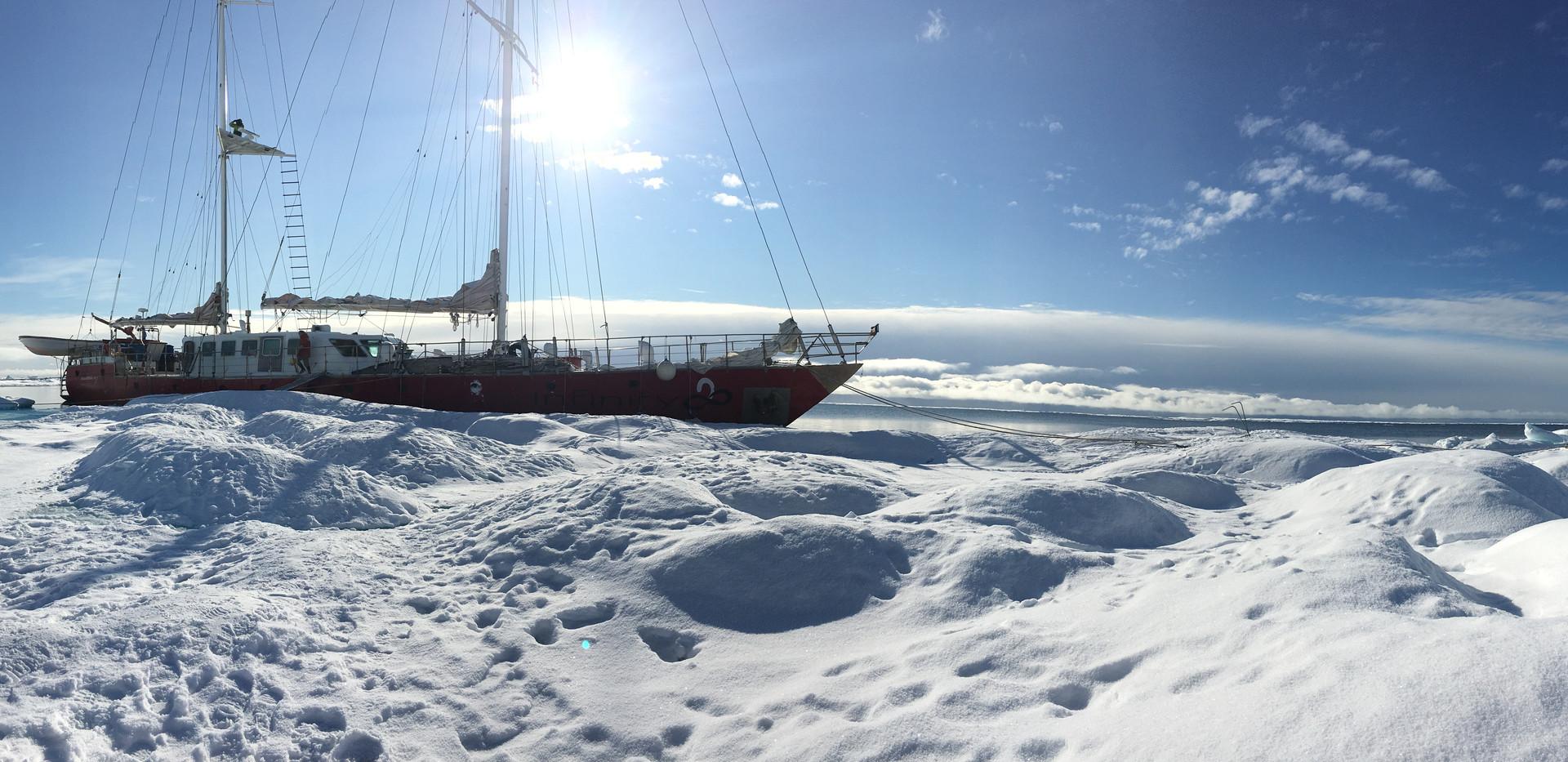 Docking to the ice. Photo: Manuela Legoretta