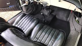 Entretien des cuirs d'une voiture de collection