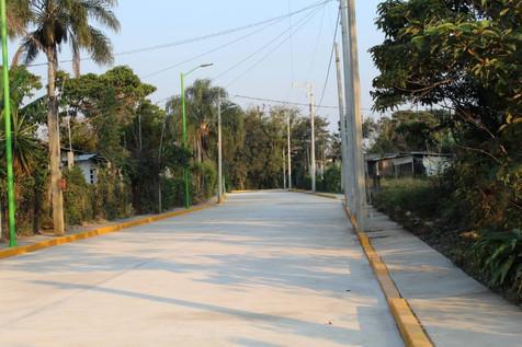 Pavimentan cinco calles También dotan de luminarias