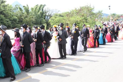 """Un éxito resultó el """"Encuentro Internacional de Bandas de Música México 2018"""", la participación de los estudiantes que dramatizaron los personajes alusivos al """"Día de Muertos"""" se logró que el desfile resultara una algarabía para las miles de personas que presenciaron este espectáculo."""