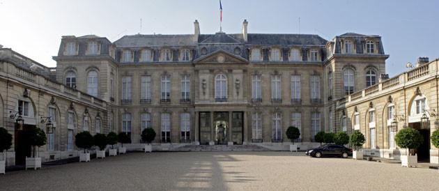 D'abord propriété du comte d'Évreux en 1718, la propriété, située dans l'actuel faubourg Saint-Honoré, passe aux mains de Madame de Pompadour en 1753.