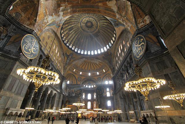 Sainte-Sophie est aujourd'hui un musée situé dans le quartier historique d'Istanbul en Turquie, un édifice grandiose qui  attire des millions de visiteurs chaque année.
