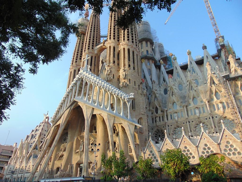 La Sagrada Familia, la principale attraction touristique de Barcelone, est l'oeuvre du grand architecte Antoni Gaudi.