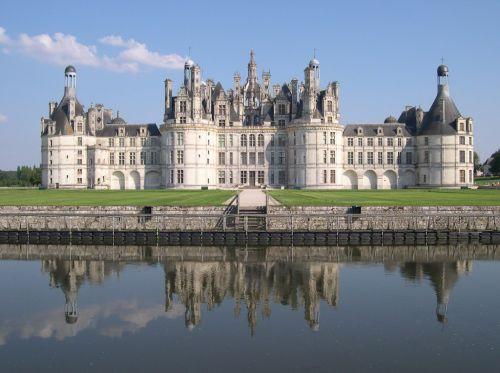 Le château de Chambord, situé dans le Val de Loire en France, est l'oeuvre de François 1er.