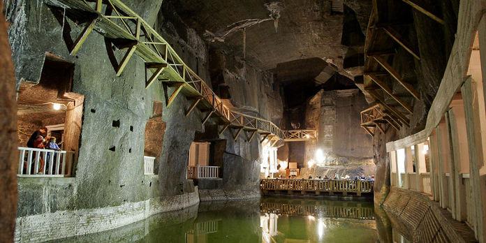 La mine de sel de Wieliczka, située près de Cracovie,  est aujourd'hui l'un des sites touristiques les plus visités de Pologne.