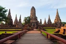 Ayutthaya, située à 85 kilomètres  au nord de Bangkok, a été fondée vers 1350 par le roi U-Thong (Ramathibodi 1er).