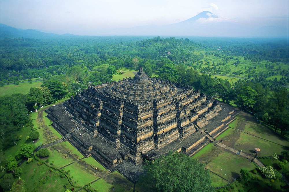 Situé sur l'île de Java en Indonésie, Borobudur, le plus grand temple bouddhiste au monde, aurait été construit vers l'an 800 sous le règne de la dynastie Sailendra.