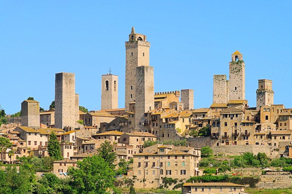 San Gimignano est située en Toscane à 56 km au sud de Florence.