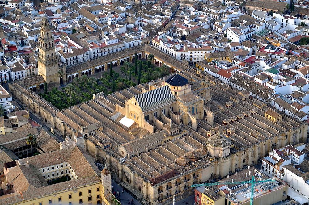 La mosquée-cathédrale de Cordoue, située à quelque 150 km de Séville dans le sud de l'Espagne, a d'abord été un ancien temple romain qui est devenu une église, puis une mosquée dans laquelle fut érigée une église.
