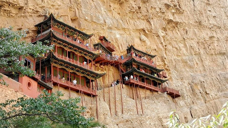 Le monastère de Xuankong aurait été construit au 5e siècle apr. J.-C. sous la dynastie des Wei du Nord (386-534). Accroché à la paroi d'une montagne à 50 m de hauteur, il surprend les visiteurs ébahis devant cet emplacement unique.