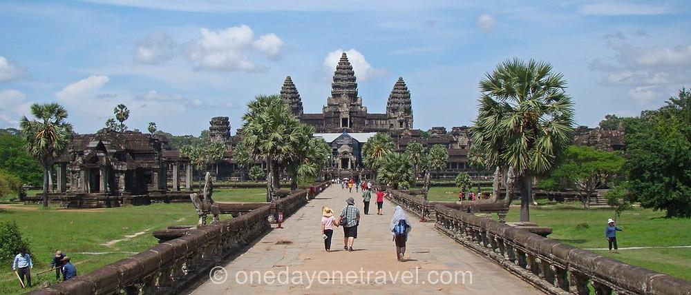 Angkor Vat ou Angkor Wat est le plus vaste temple d'Angkor au Cambodge