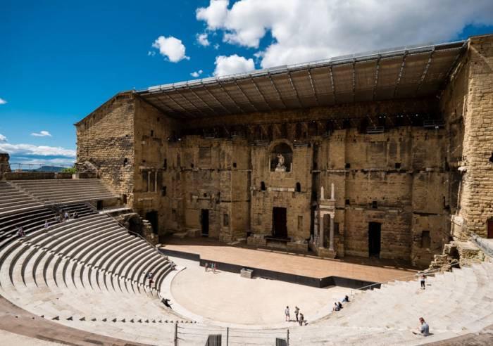Le théatre antique d'Orange en France a été construit au 1er siècle avant Jésus-Christ sous le règne de l'empereur Auguste alors qu'Orange  était une colonie romaine nommée Arausio.