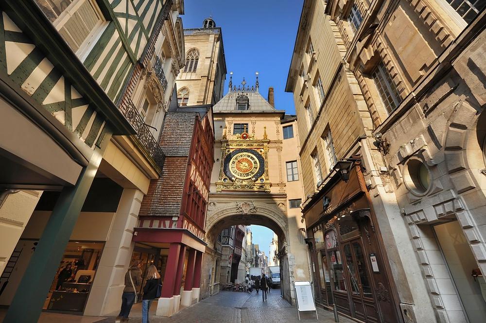 Située en Normandie au Nord-Ouest de la France, Rouen fait partie de ces villes que l'on qualifie de véritable musée à ciel ouvert