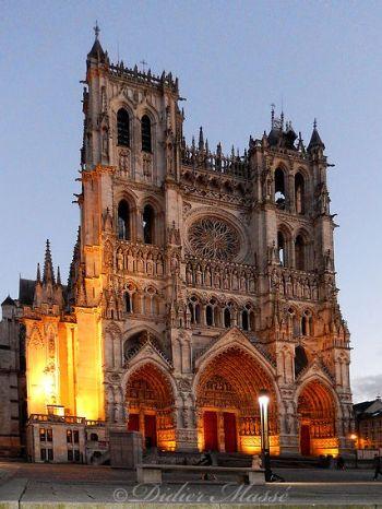 Amiens, située au nord de la France, mérite le détour, ne serait-ce que pour découvrir sa cathédrale, la plus grande France.