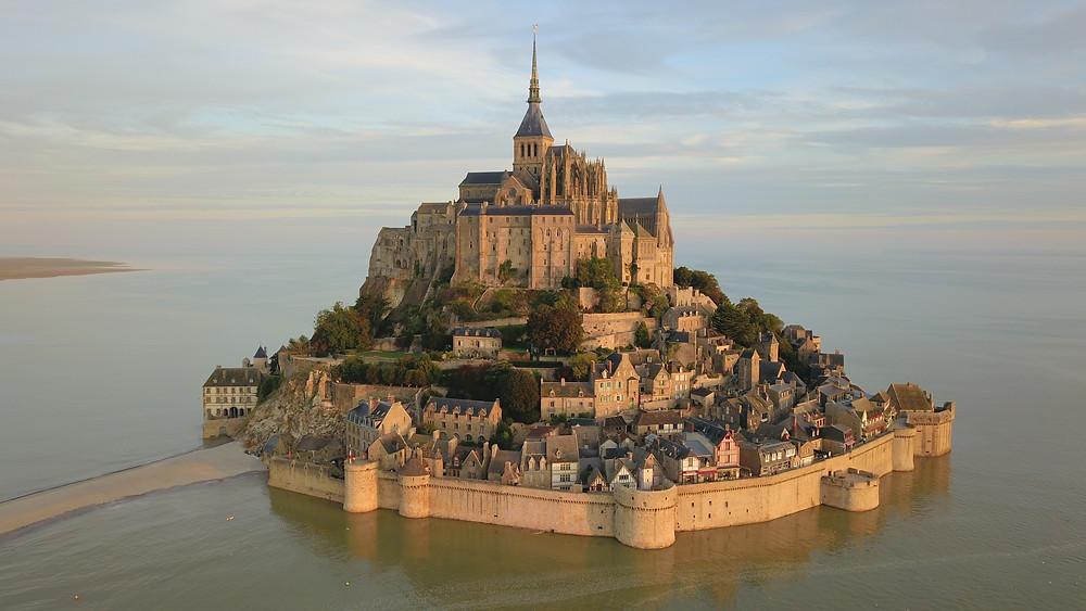 Le Mont Saint-Michel, situé en Normandie, attire trois millions de visiteurs par année.