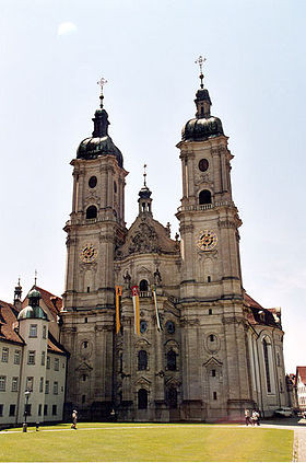 L'abbaye de Saint-Gall, située près du lac de Constance, a été fondée en 614 par un missionnaire irlandais du nom de Gall.