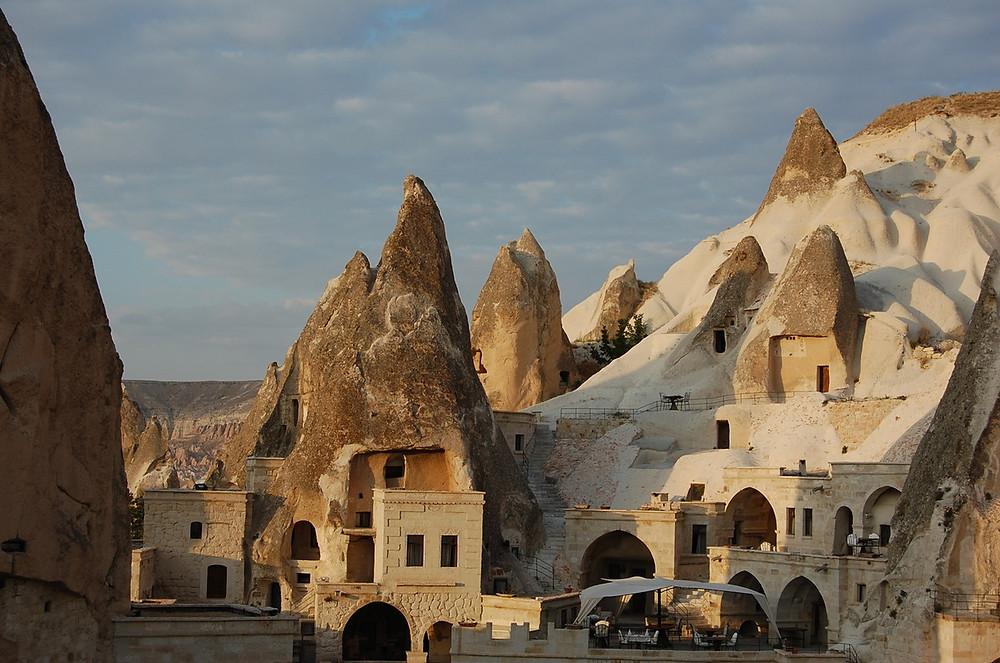 La Cappadoce, située au centre la Turquie, fut habitée au cours des siècles par de nombreux peuples : les Romains, les Perses, les Mongoles, etc.