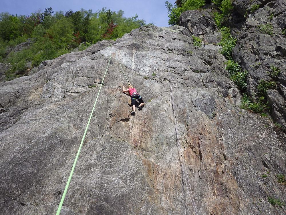 Maman grimpeuse en action