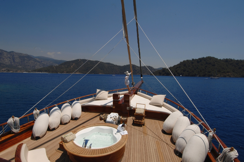 Foredeck Jacuzzi.jpg