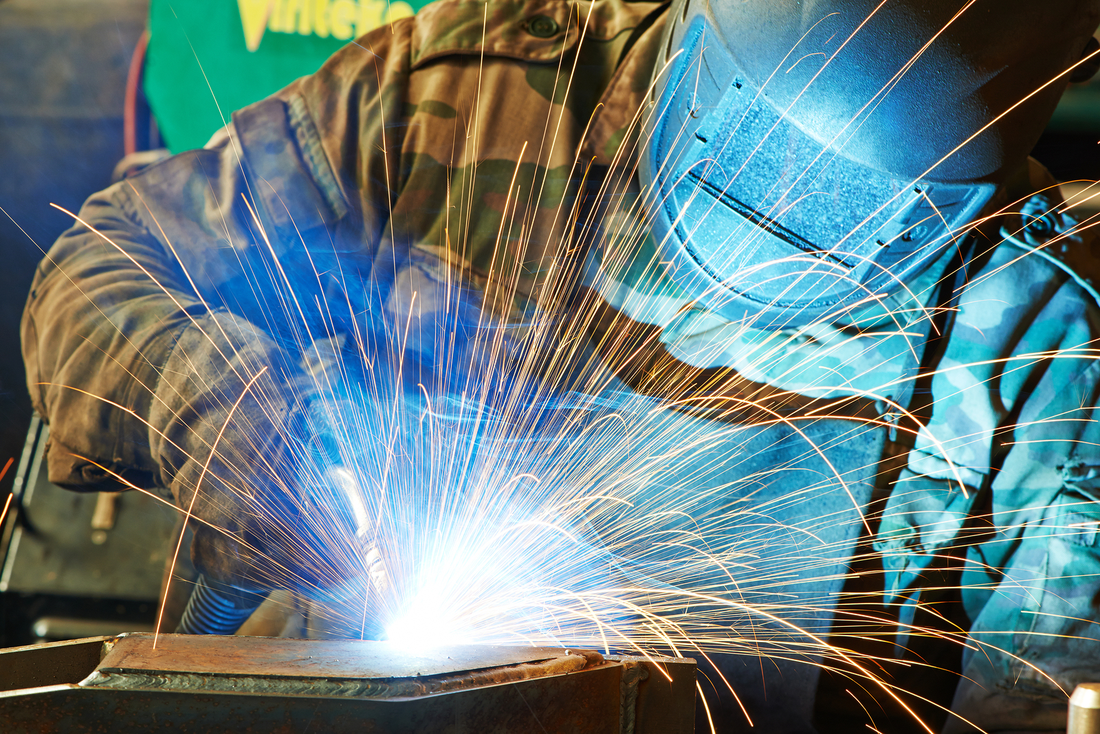 welder-working-with-electrode