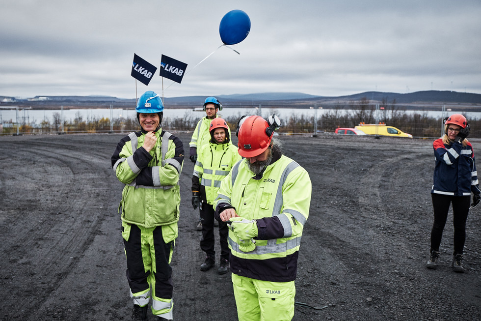 SWEDEN / Norrbottens laen / Kiruna / 26.09.2017 / Workers of  LKAB, the mining company, after the house of Hjalmar Lundbohm, the first director of LKAB and founder of the city of Kiruna, was moved to its new place at the foot of Luossavaara mountain.© Gregor Kallina / Anzenberger