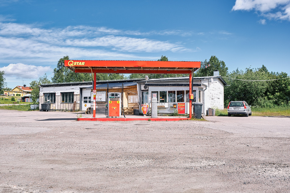 "SWEDEN / Svapavaara / 27.06.2019 / Petrol station with attached pizzeria in Svapavaara, a mining town in northern Sweden. As in the neighbouring town of Kiruna, the mining company LKAB is also based here. The ore from Kiruna is processed into pellets. In 1975 about 1000 inhabitants lived here, now there are not more than 400. It belongs to the parish of Vittangi, which is looked after by the priest Jean-Claude Marclay. From my project ""Awakening"" © Gregor Kallina"
