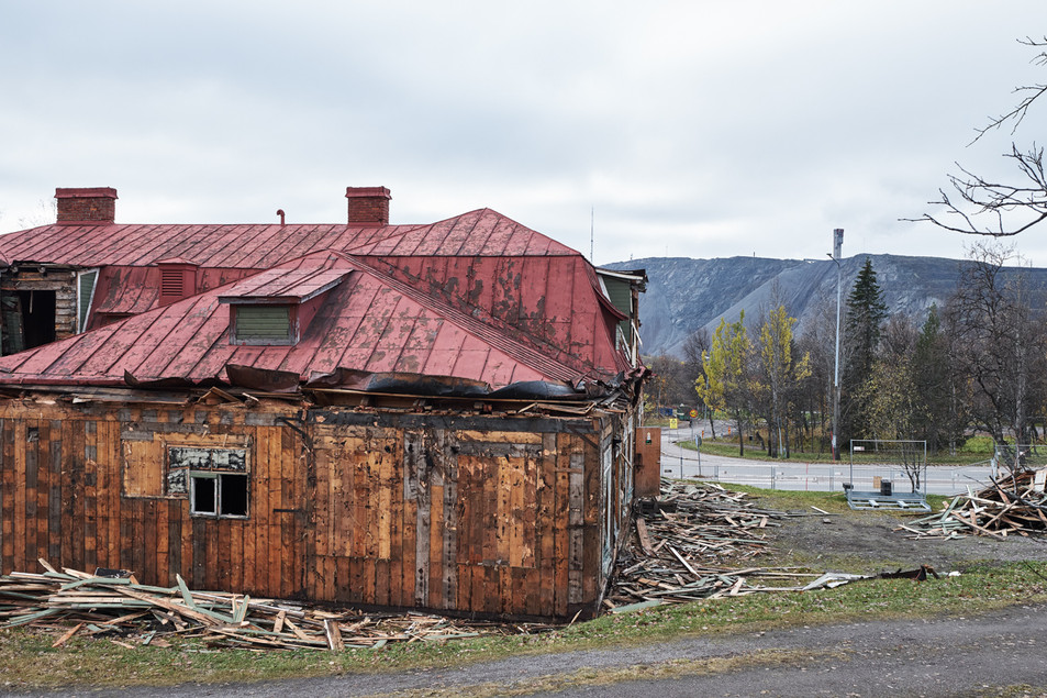 "SWEDEN / Norrbottens laen / Kiruna / 26.09.2017 / This house was formerly hosting ""Tusen Toner"", the local music club. It is within the deformation zone and must therefore be dismantled. It was not chosen to be moved as part of the cultural heritage. Kirunavaara mountain and the mine in the background. © Gregor Kallina / Anzenberger"