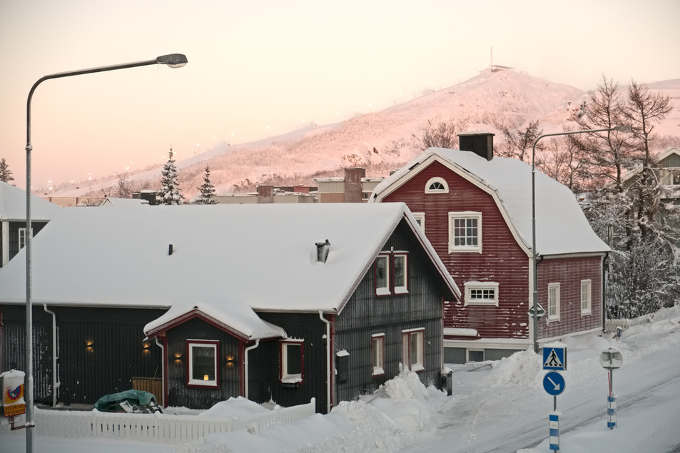 SWEDEN / Norrbottens laen / Kiruna / 27.11.2016 / City scene with the Luossavaraa mountain in the background. The houses here will not be affected by the deformation zone. © Gregor Kallina / Anzenberger