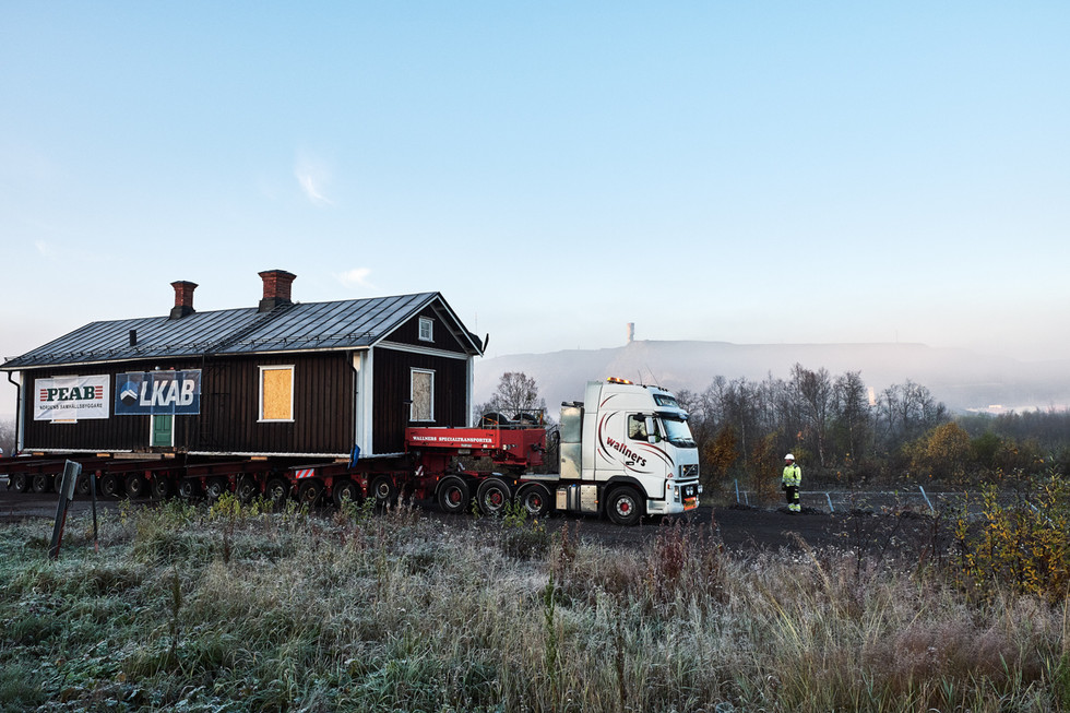 SWEDEN / Norrbottens laen / Kiruna / 27.09.2017 / The house of the first director of the mining company LKAB, Hjalmar Lundbohm, is moved to its new location at the foot of Luossavaara mountain. Kirunavaara mountain and the mine in the background. © Gregor Kallina / Anzenberger