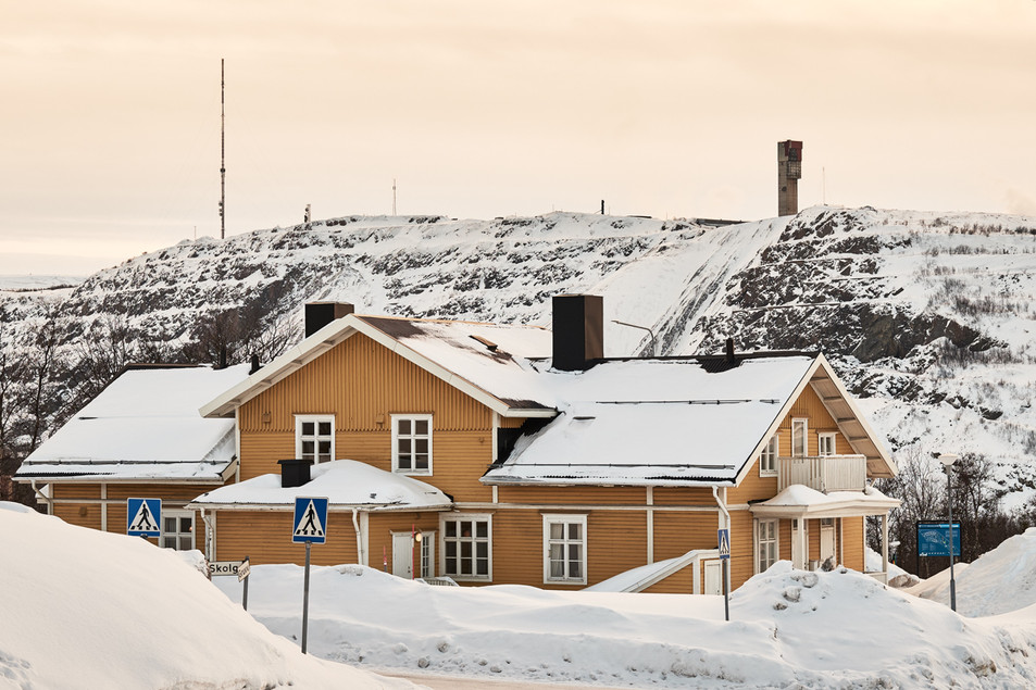 SWEDEN / Norrbottens laen / Kiruna / 12.03.2017 / First house of the so called yellow row in Kiruna with the mine in the background. It is within the deformation zone and will be torn down. © Gregor Kallina / Anzenberger
