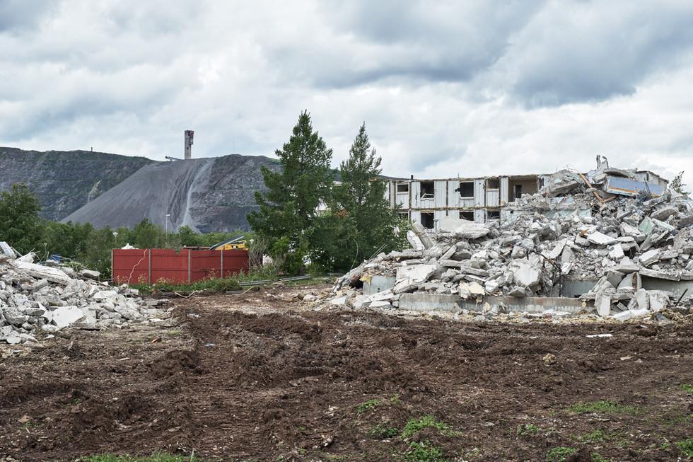 SWEDEN / Norrbottens laen / Kiruna / 10.07.2017 / Dismantling a house in the area of Ullspiran in Kiruna. Kirunavaara mountain with the mine in the background. © Gregor Kallina / Anzenberger