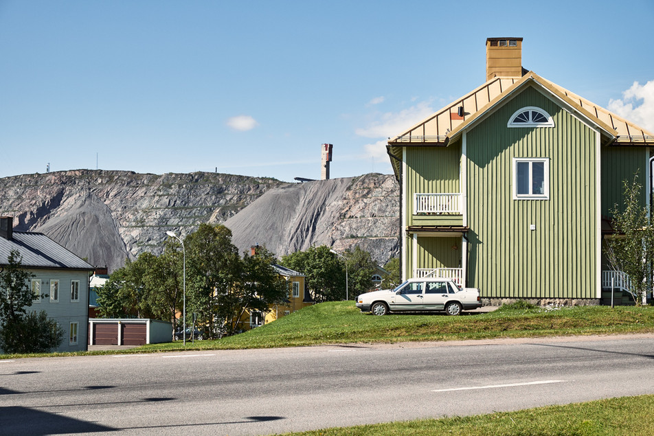SWEDEN / Norrbottens laen / Kiruna / 27.07.2013 / Apartment building in Kiruna with Kirunavaara mountain and the mine in the background. The houses here will be affected by the deformation zone. © Gregor Kallina / Anzenberger