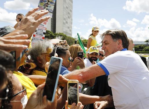 Bolsonaro ignora coronavírus e participa de manifestação contra Congresso e STF