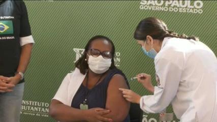 Após aprovação da Anvisa, governo de SP aplica em enfermeira a 1ª dose de vacina contra Covid-19