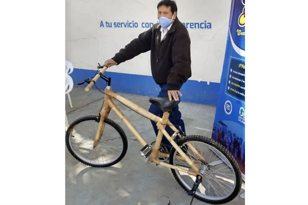 Bicicleta de bambú atrae el interés de compradores extranjeros