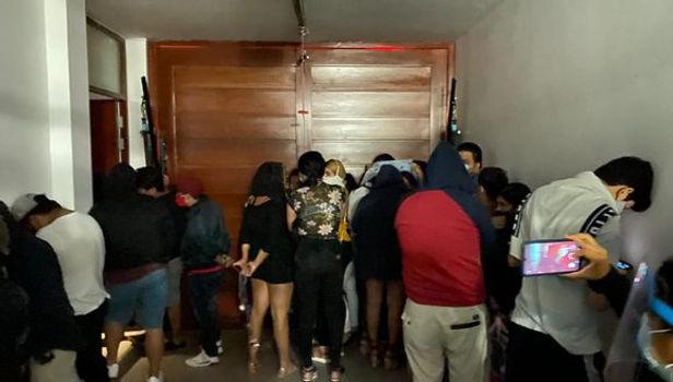Sorprenden a más de 200 personas festejando en bares y viviendas en operativo nocturno