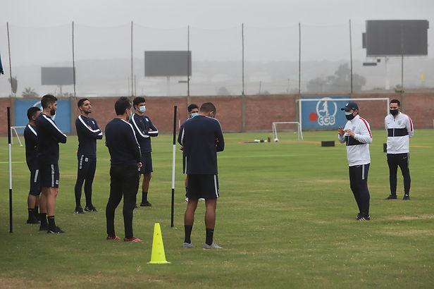 Entrenador de Alianza Lima venció al COVID-19 y ya está dirigiendo entrenamientos