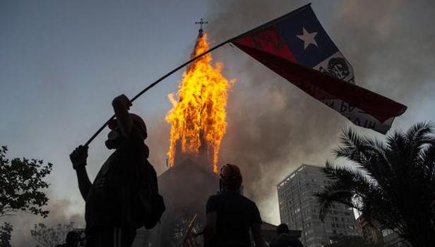 Iglesias dañadas, saqueos y enfrentamientos entre policías y protestantes dejó manifestación en Chile
