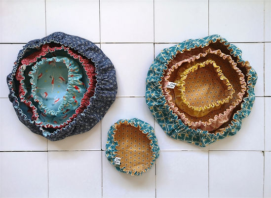 Charlottes alimentaires ou recouvres plats et bols en coton et coton enduit pour facilité l'entretien. Cousues à Rennes.